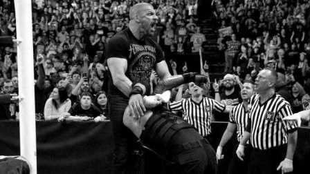 Raw 2/22 伦斯遭HHH爆头恐毁容