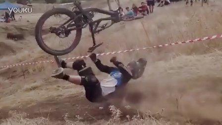 [坠毁视频]可怕的下坡山地自行车在比赛中坠毁