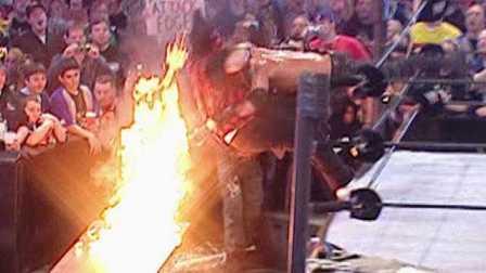 【摔角狂热经典回顾】艾吉将米克-弗利扔进火堆