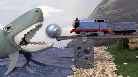 【奇趣箱】托马斯小火车挑战凶猛大鲨鱼,拆5个奇趣蛋,拆出了什么呢?