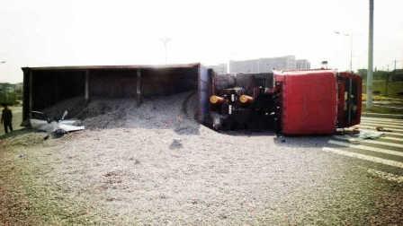 监控实拍:大货车50多吨石子倾泻而下 小车瞬间被吞没 男女情侣当场身亡...