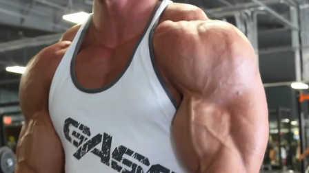 猛男的三角肌和手臂训练