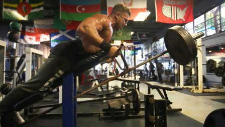 Artemus Dolgin在著名的Old School风格健身房训练