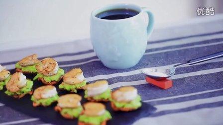 早餐   胡萝卜薯片鲜虾牛油果沙拉 搭配美式咖啡的营养早餐