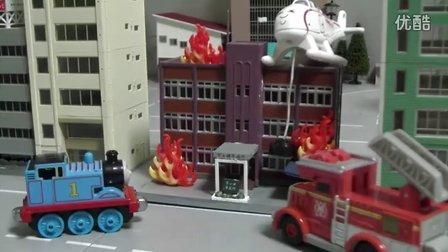 托马斯和他的朋友们汽车总动员系列 消防车公交车大巴车工程叉车现场PK