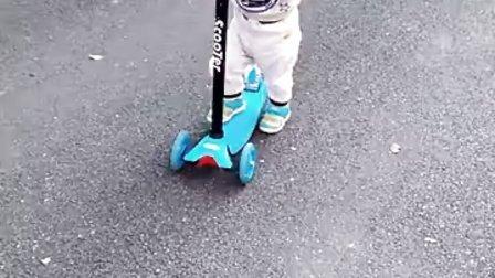 15个月娃娃玩滑板车