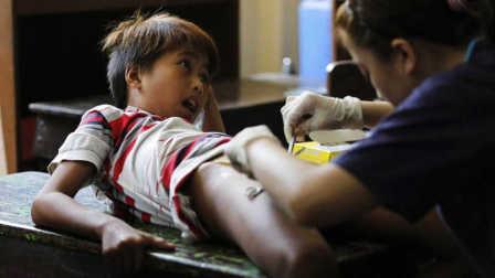 疼!菲律宾300名男孩接受集体割礼