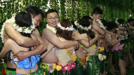 """杭州20对90后情侣雨中激吻集体""""裸婚"""""""