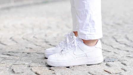 【实用技巧】神奇!用牙膏和卸甲水将白鞋瞬间洗干净