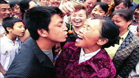 26岁小伙爱上62岁老太太, 这是真爱吗?