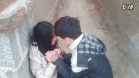 一小男孩强吻一小女生