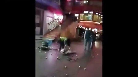 实拍城管抡凳暴击女摊贩头部 女子报警后转身离开