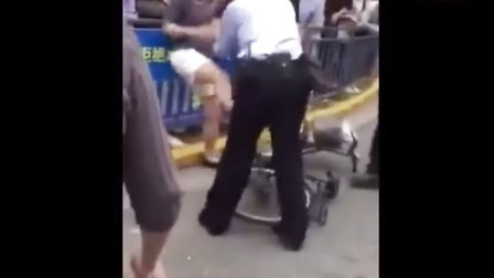 实拍女子骑车违规不认罚猛踹警察裆部