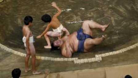 表蛋疼 2016:相扑选手被小学生在赛场上撂倒 323        8.6