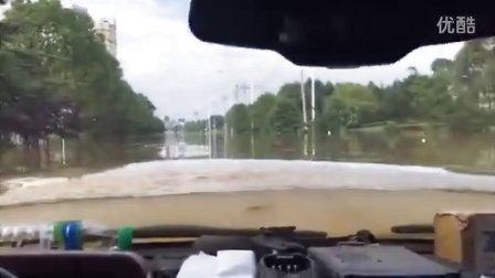 路面被淹,水都到了挡风玻璃上了,居然还能开,神级!!!!