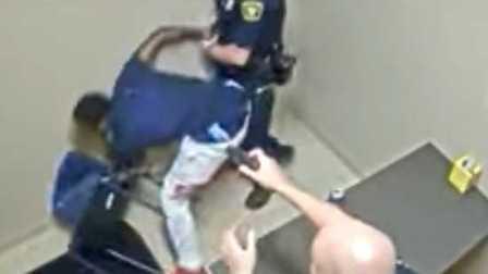 惊心动魄 美国辛辛那提一名杀人嫌犯在受审时突然抢夺警察的配枪