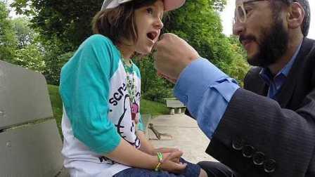 城会玩!父亲用饼干引诱松鼠帮女儿拔牙