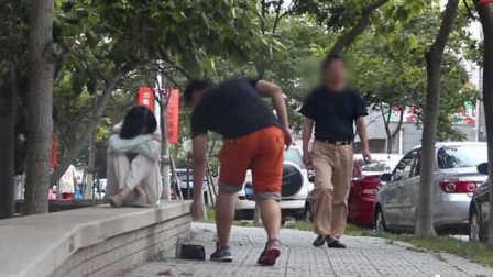 中国街头抢乞丐钱 你会冷眼旁观还是挺身而出 27