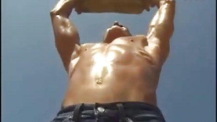 巨人肌肉男摧毁城市