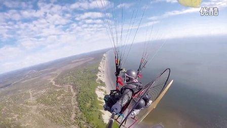 海边飞翔滑翔伞