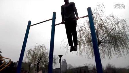 腹部绕杠连续旋转教程_武安西岭湖单杠大神的腹部绕杠教程
