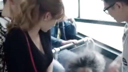 大胸美女公交车上放屁