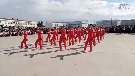 八里罕镇文化节杨树林子村获广场舞比赛第二名2016、9、18。(马头琴拉响的地方)