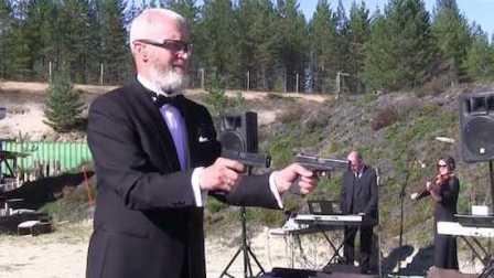 俄罗斯老爷爷竟然用手枪演奏世界名曲