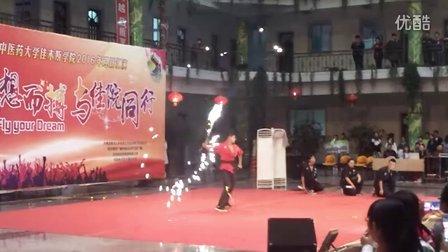 黑龙江中医药大学佳木斯学院极限流双截棍2016迎新晚会表演。