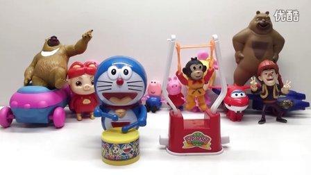 来看哆啦a梦和小猴子表演节目喽