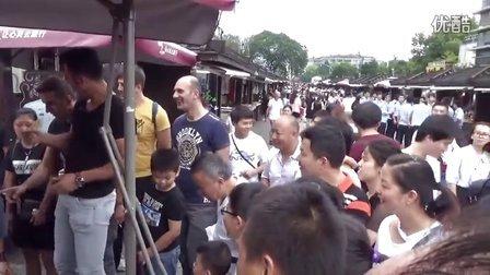 G20期间老外在吴山广场见闻
