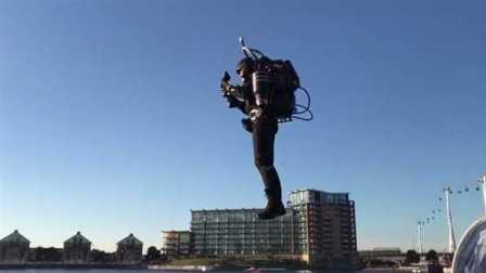 太牛了!单人喷射背包试飞英国泰晤士河