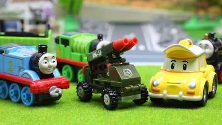 『奇趣箱』变形警车珀利的好朋友凯普拆橡皮泥拆出了大炮坦克。