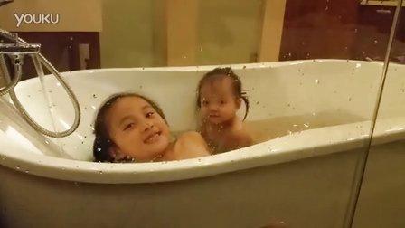 俩宝贝洗澡啦