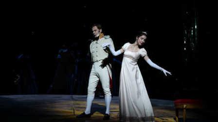 """歌剧《战争与和平》""""和平""""一幕:安德烈、娜塔莎诉说心声"""