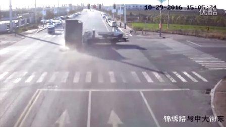 监控实拍:大货车闯红灯 倒霉拖车 头撞没了...