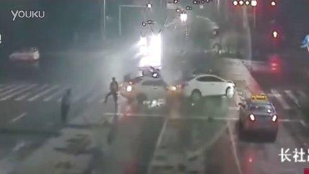 监控实拍:车祸现场围观 惨遭飞车追撞 1死7伤...