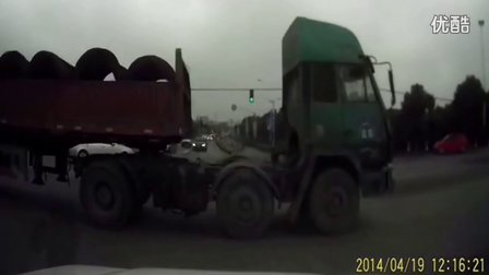监控实拍:大货车闯红灯要命来了 真吓尿了...