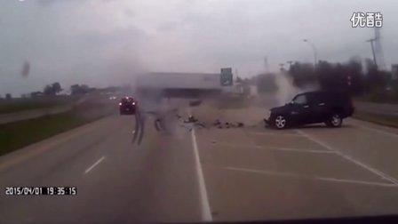 监控实拍:精 准 狠!女司机毫不客气 直接撞翻大货车...