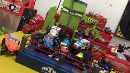 【玩具侠】独家汽车赛车总动员番外篇板牙狂想曲摔跤手机关擂台超级好玩
