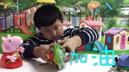 小宝邀请小猪佩琪和乔治和他一起玩拼装玩具