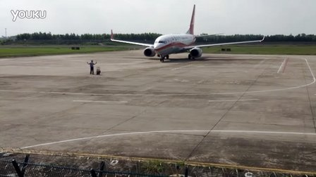 ZGZJ湛江机场上海航空737-700滑入停机位