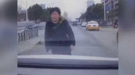 史上最差演技碰瓷:大妈当街倒地听说要报警迅速消失