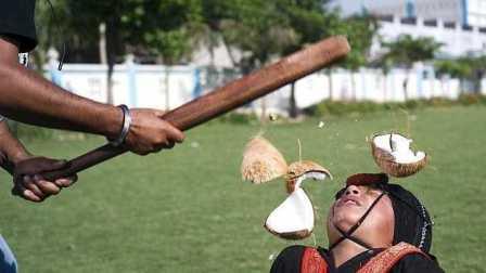 头能砸碎椰子 男子竟敲碎43个椰子破纪录 104