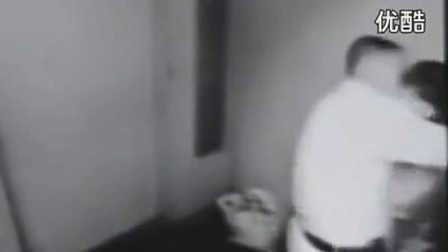 不雅视频!监控实拍,电梯里男女激情戏,偷情野战亲吻!尺度太大被拍视频!都懂点事吧!