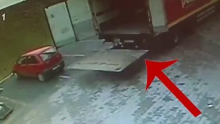 监控实拍:工人卸货时,瞬间被砸!