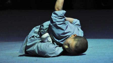 少林童子功表演现场惊呆观众 逆天的柔韧性!