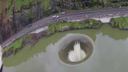 久旱后降暴雨 美国加州湖泊现巨型黑洞奇观