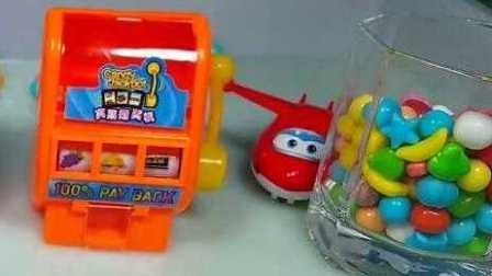 粉红猪小妹与哆啦a梦一起玩糖果机,精灵宝可梦 佩格和小猫