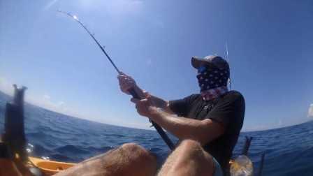 【极酷花园】国外男子乖皮划艇玩海钓 意外钓到黑枪鱼【海钓】